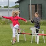 Barn som hoppar över hinder