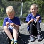 Barn som lär sig knyta knopar